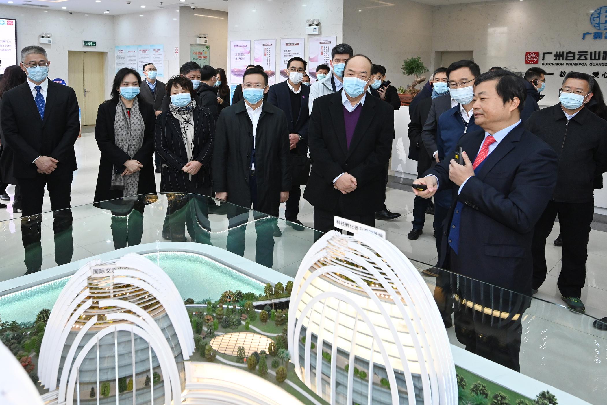 Ho Iat Seng visits a pharmaceutical company